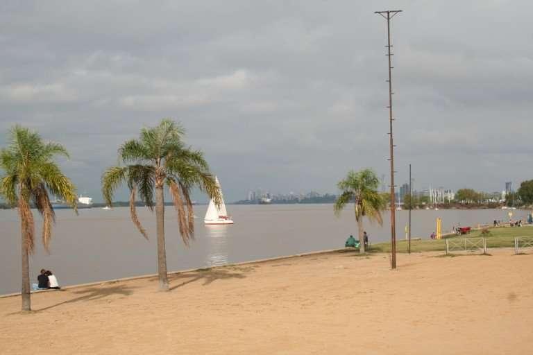 La costanera de Rosario, de día y de noche